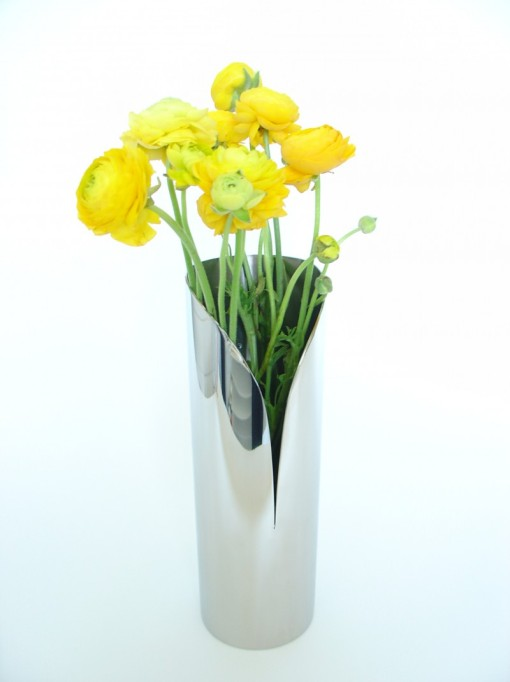 Vase Arum, inox poli miroir, 2008. Le vase Arum offre la possibilité à quelques fleurs de s'échapper via l'interstice de son dessin.Hauteur : 35 cm Diamètre : 11,5 cm