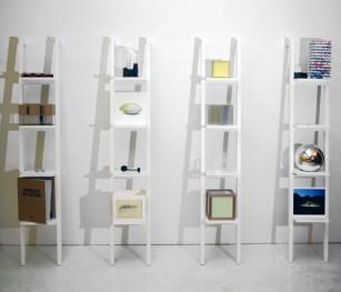 Echelle 2, oeuvres collectives répondant à une proposition de David Chevrier, rassemblant chacune des petits formats réalisés par une douzaine d'artistes sur des étagères pouvant rappeler le principe du cabinet de curiosités.